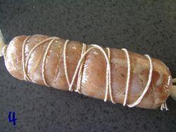 鶏胸肉をラップで包みタコ糸で巻く
