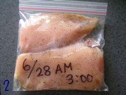 鶏胸肉をジップロックに入れて冷蔵庫へ