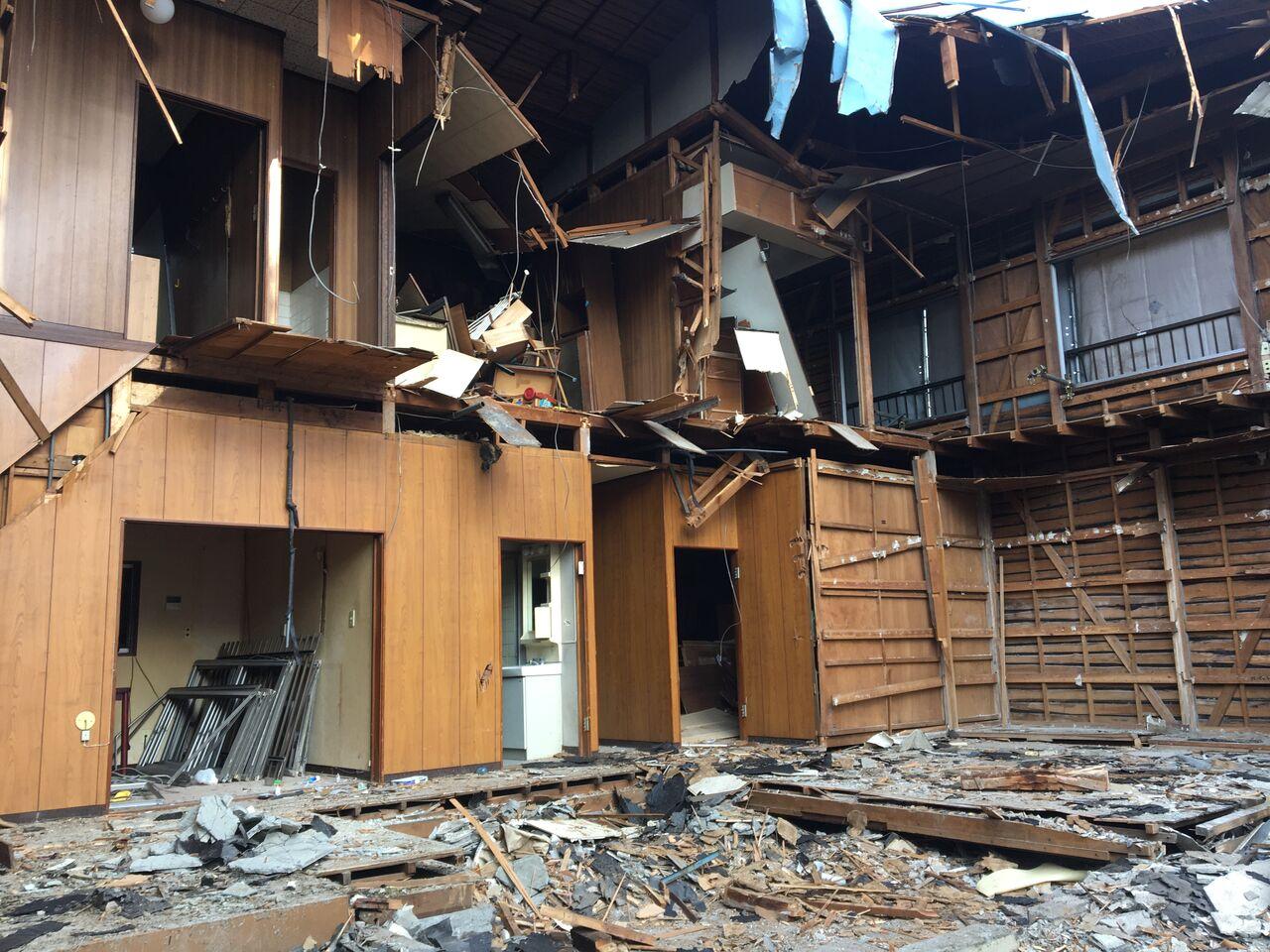 取り壊し中の家