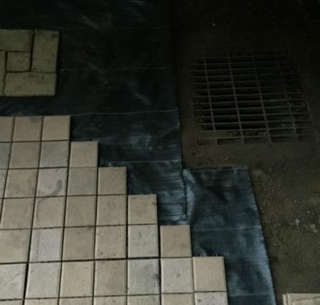 排水口周り:防草シートとタイル