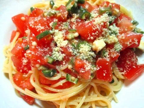 トマトとオクラとチーズのパスタ