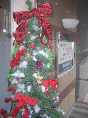 よしどめ歯科 入口 クリスマスツリー