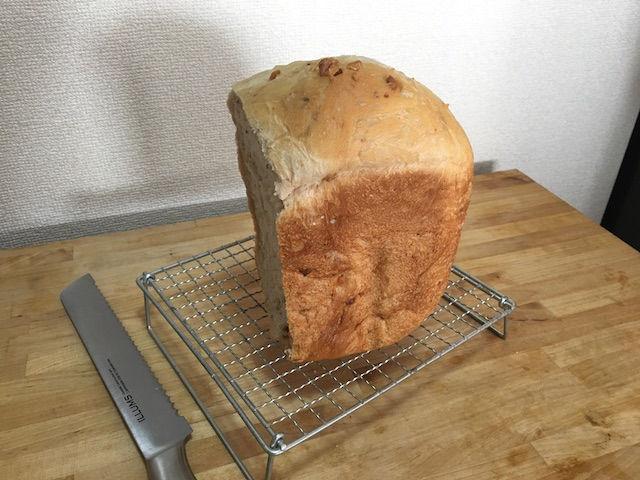 ホームベーカリーで焼いたクルミ入り食パン