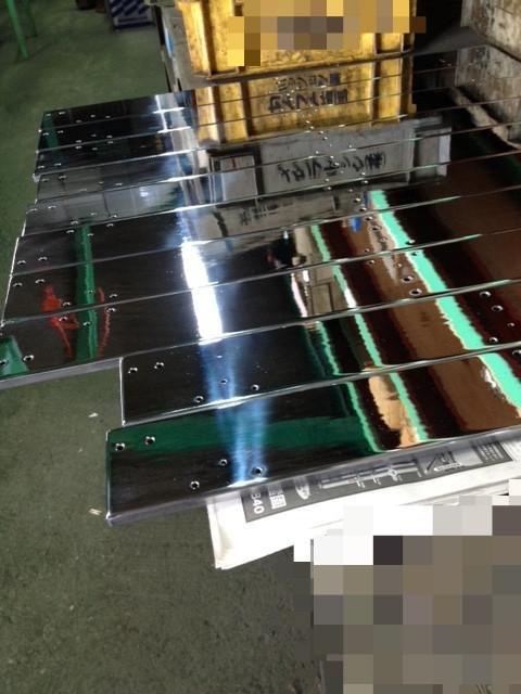 プレート表面へ硬質クロームメッキを30μ施し鏡面仕上げをさせて頂きました。