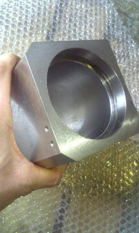 シリンダー内面に硬質クロームめっきを50μ以上施す