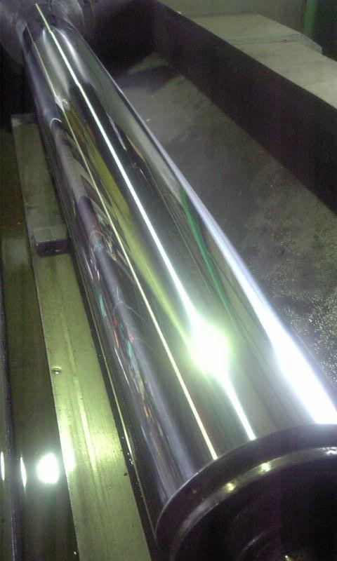 駆動用チャック軸(φ140×1377)の表面を鏡面研磨機にて研磨加工を行なう。
