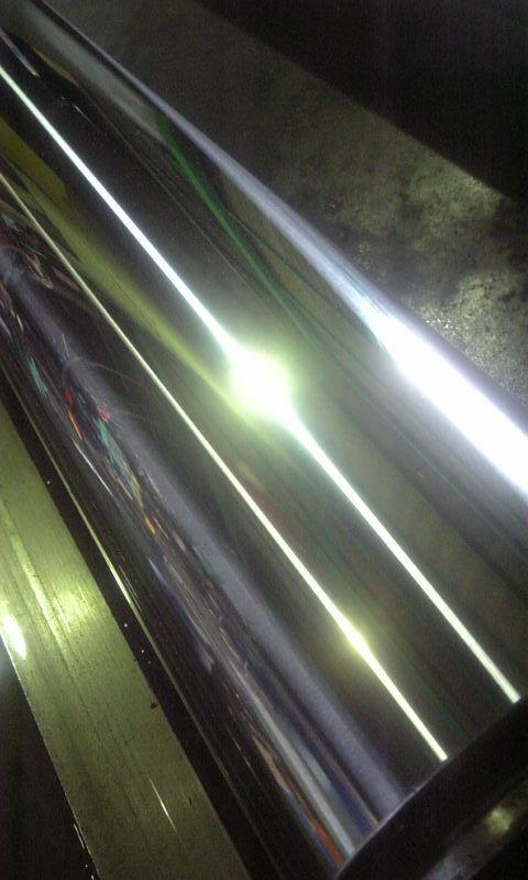 駆動用チャック軸(φ140×1377)の表面を<br> 鏡面研磨機にて研磨加工を行なう。<br>