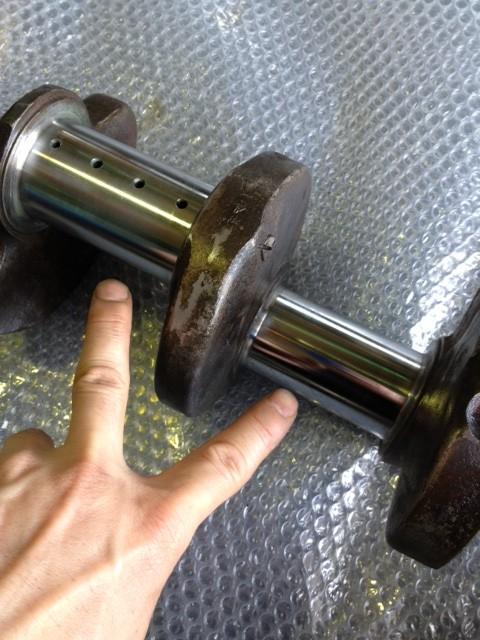 冷凍機クランクシャフトの磨耗部位(ピン)2ヵ所を<br> 硬質クロームメッキで肉盛りスタンダードサイズ<br> (Ф52 −0,046〜0,066)に戻しました