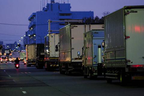 長距離トラック 誰が荷物を運ぶの201612230001