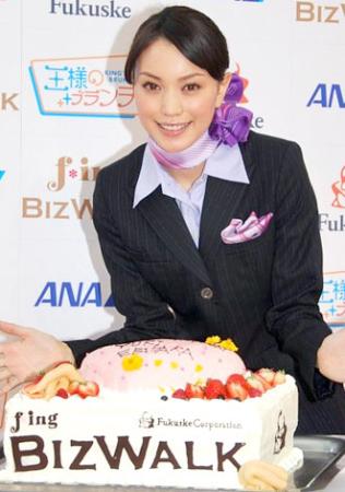 客室乗務員姿のエビちゃん20代最後の誕生日