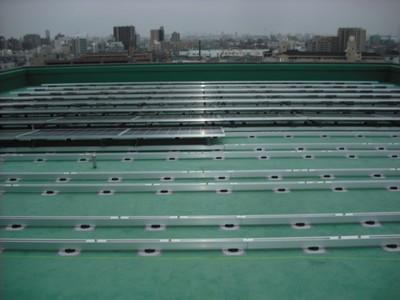太陽光パネル施工中