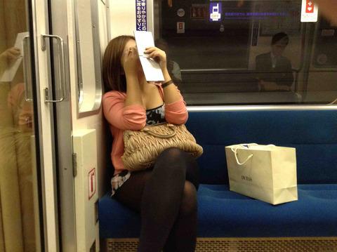 電車の中でお化粧
