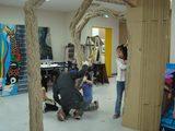 アートの木をみんなで削っているところ