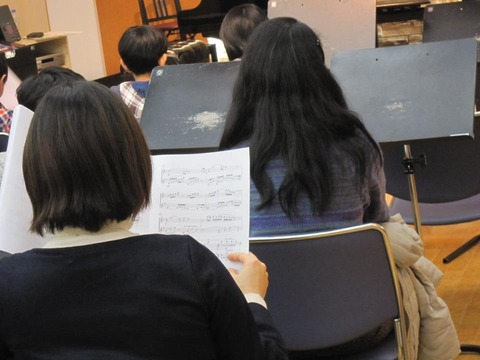 楽譜を読みながら二重奏をききます