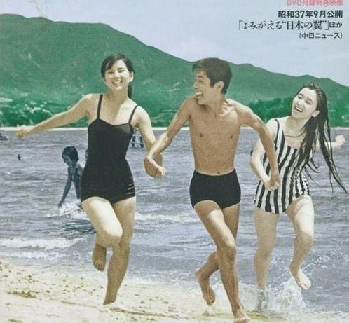 砂浜で遊ぶ吉永小百合