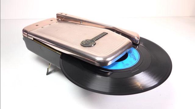 音の変化が劇的!1950年代に発売された、携帯用レコード再生機「ポケット・フォノグラフ」を分解、修理する職人さん