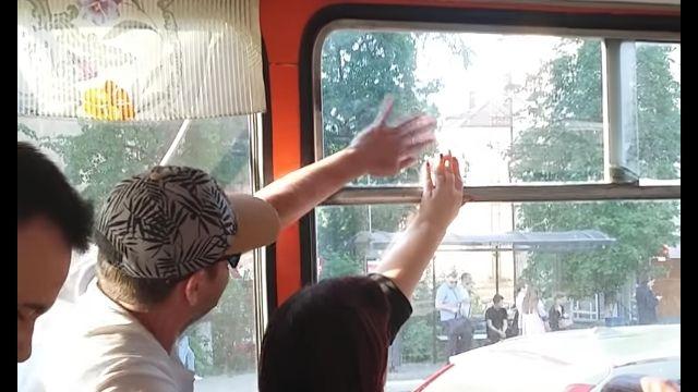 開けたいおじさん、閉めたいおばさん。ロシアのバス車内で起きた、窓を巡る終わりなき戦い