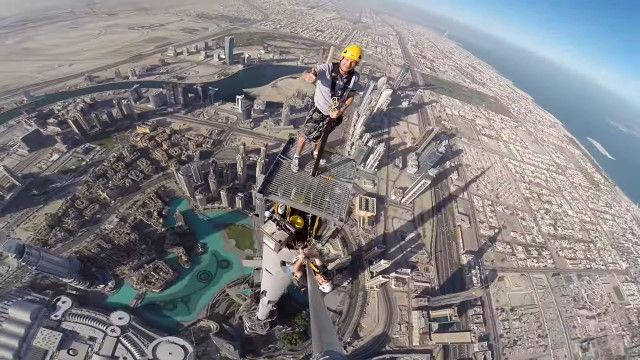 世界一の高さを誇る超高層ビル、ブルジュ・ハリファの最上部、尖塔の上で作業員が撮影した映像