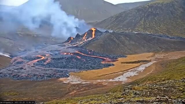 アイスランドの火山噴火を18日間撮影、5分間にまとめたタイムラプス