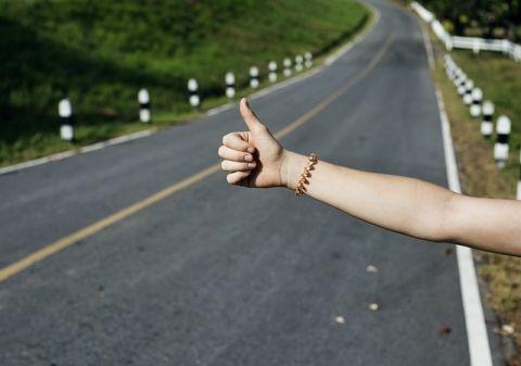 海外「日本より安全な国はない!」 ヒッチハイクで日本を旅した外国人女性達が話題に