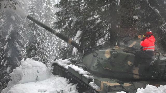 雪崩の被害を未然に防ぐため、M60パットン戦車で砲弾を撃ち込むワシントン州運輸局