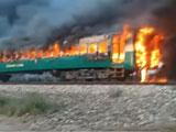 【動画】 走行中の列車が火だるまになり73人以上死亡、その出火原因に驚き = パキスタン