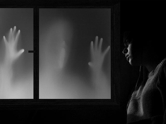 なぜ、人は幽霊をみるのか?考えられる7つの要因