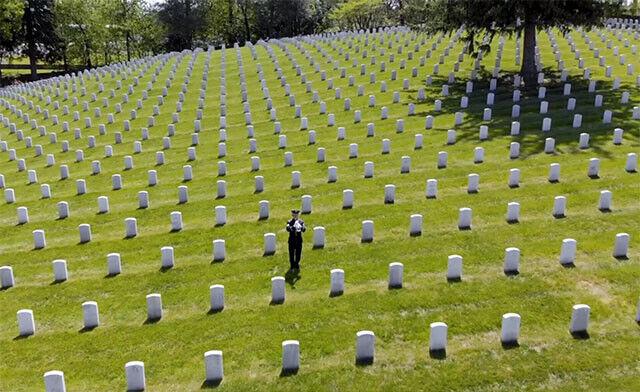 墓地に響き渡る米空軍兵の澄んだラッパの音色「戦没者追悼記念日」トリビュート演奏(アメリカ)