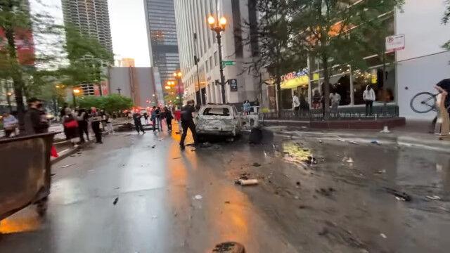 暴動、破壊、略奪の広がる米シカゴの街中を、バイクに乗って撮影。現地の状況を伝える映像