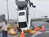 【動画】 どうしてこうなった・・ 車が空に向かって「直立停車」 その真相を捉えた動画が話題に