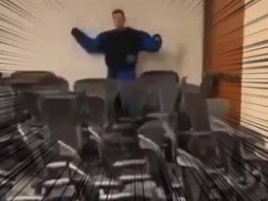 【イヌ】 たくさんの椅子が置いてある部屋。犯人はその向こうにいる! → 犬には2種類いるようです…