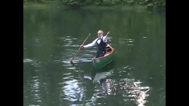 音楽に合わせてカヌーを操るフリースタイル・カヌーという競技。優雅にカヌーを操る紳士が格好いい