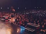 アイドルグループ、ライブ中に観客に水を撒かれメンバー負傷
