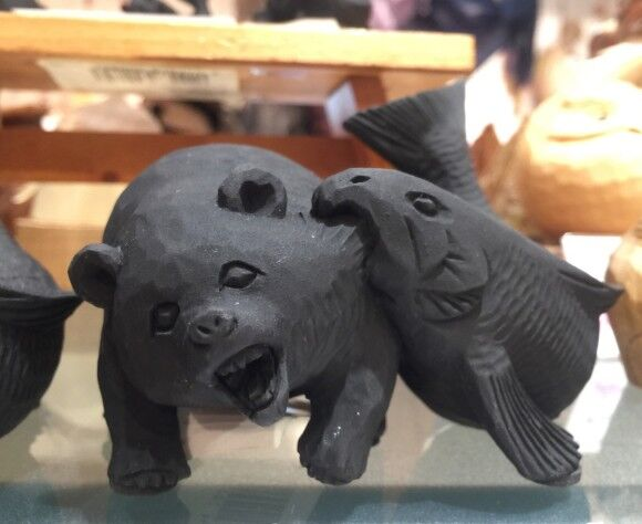 食物連鎖崩壊か!?サケに食われるクマの悶絶顔に震える(北海道)