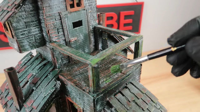 塗装って凄い。紙箱やダンボールで作ったとは思えない雰囲気のハロウィン用ミニチュアハウス