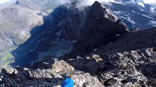地面スレスレの高速飛行が怖すぎる、断崖絶壁からのベースジャンプ