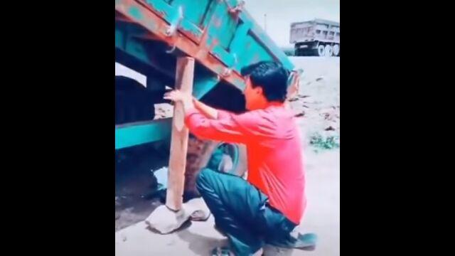 荷台の昇降を利用すれば、ぬかるみにハマったトラックを脱出させられる