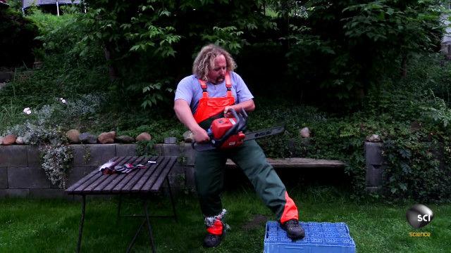 チェーンソーから足を守る「チェーンソーパンツ」の有用性が一瞬で理解できる映像