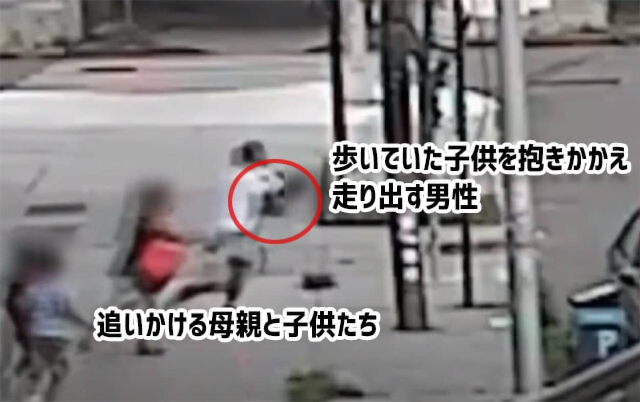 目の前にいた息子が突然連れ去られる!母親は車の窓から息子を引っ張り出し決死の救出成功
