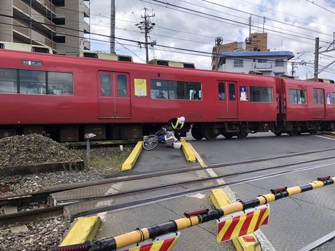 【訃報】aiueo700さん、踏切で電車に突っ込んで今度こそ死亡