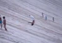 砂の山をバック転