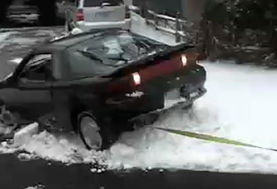 雪でスタックした車001