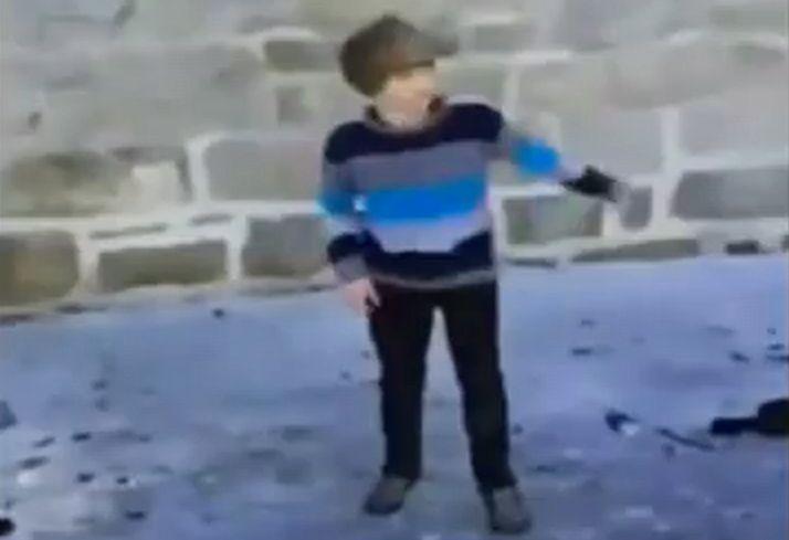 氷の上で遊ぶ少年