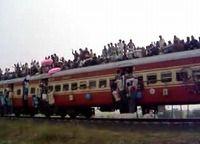 列車の上に乗るのも当たり前なインド