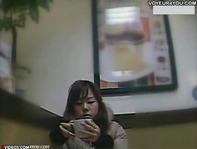 【パンチラ逆さ撮り】セフレの女子大生にミニスカ&ほとんどノーパンTバック着させて露出デートとか裏山ww