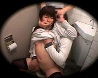 【レイプ盗撮】レイプ魔2人組がトイレでノーパンになって放尿中のJC中学生の上下のお口に強引にチンポ挿入w射精早杉ワロタww