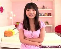 【3P中学生】幼女みたいなつるつるパイパン富永苺ちゃんをM字開脚で電マ責め!3Pセックスに初挑戦ww