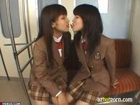 【レズキス】レズ女子高生達のレズキス唾液交換エロ過ぎ!乱入してバックで突きまくりたくなるww