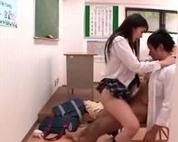 【高校生カップル】めちゃんこ可愛い顔してヤリマンと噂の女子高生が学校中でハメまくり着衣ノーパンセクロスww