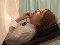 【産婦人科盗撮】クリトリス刺激したり手マンを始めるエロ医者にマン汁垂れ流して感じるロリギャル女子○生ww